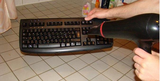 Под наши клавиатуры проникает много ненужного мусора, в дальнейшем это может пагубно сказаться на работе компьютера. Поставьте клавиатуру на ребро и продуйте холодным воздухом.