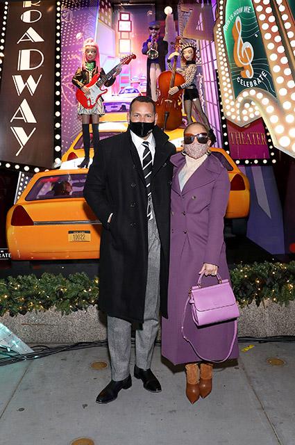 Дженнифер Лопес и Алекс Родригес на открытии праздничной витрины магазина в Нью-Йорке Звездные пары