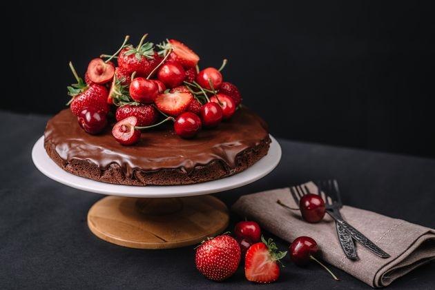 Торт без выпечки с сырным кремом и ягодами
