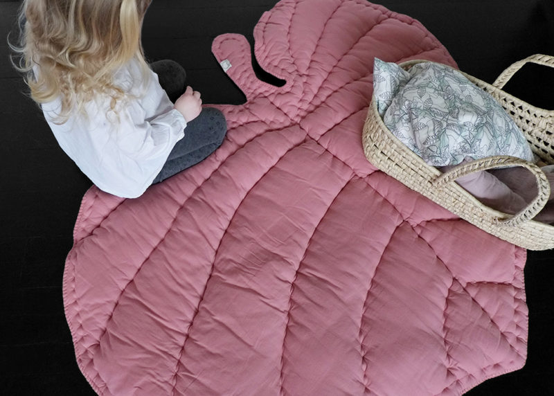 Стильное и простое в исполнении стёганное одеяло-коврик