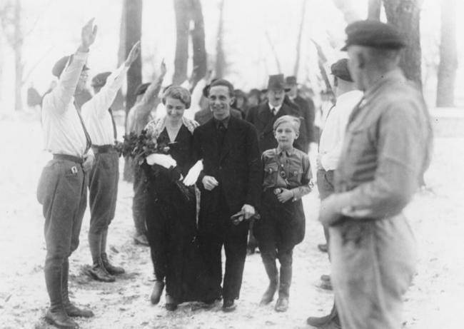 Гитлер в качестве шафера на свадьбе Йозефа Геббельса