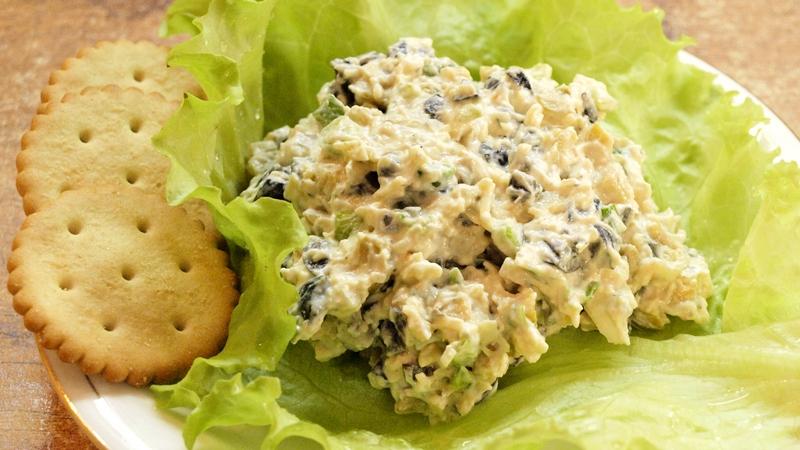 Салат с сыром и оливками - видео рецепт