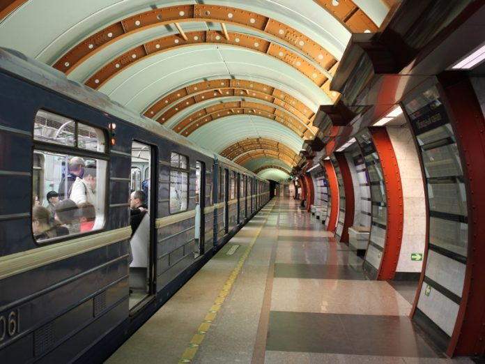 Работник метро знатно поднял настроение перед Новым годом!