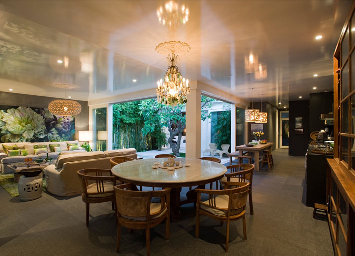 Красивая гостиная комната переходящая в кухонную зону фото