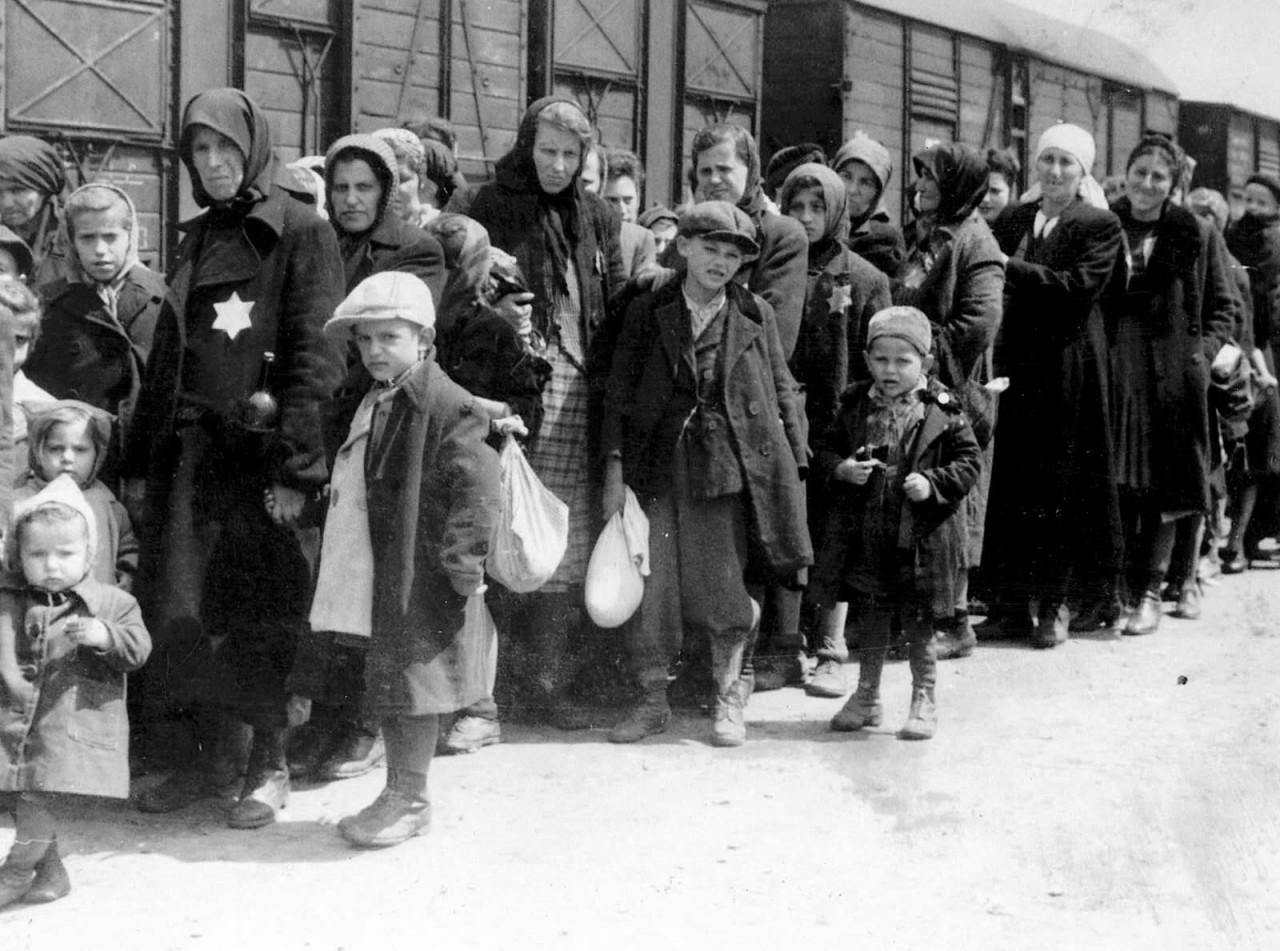 Прибытие депортационного поезда, доставляющего венгерских евреев в Аушвиц, примерно 1942 год аушвиц, вторая мировая война, день памяти, конц.лагерь, концентрационный лагерь, освенцим, узники, холокост