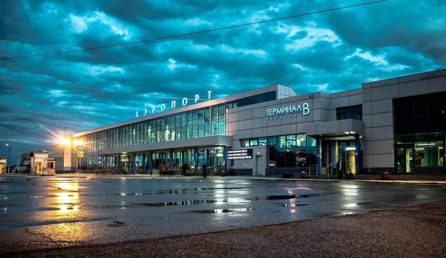За сообщениями о минировании аэропорта и «зачистке» от улик номера Навального стоят одни и те же люди