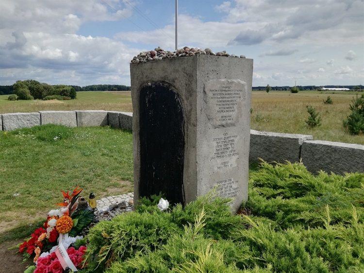 Памятник жертвам еврейского погрома в польском Едвабне. Фото: polskaniezwykla.pl