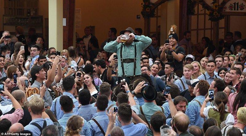 Часто на фестивале можно увидеть, как кто-то демонстративно осушает кружку, а толпа его подбадривает ynews, бавария, гуляния, мюнхен, октоберфест, октоберфест 2018, пивной фестиваль, пиво