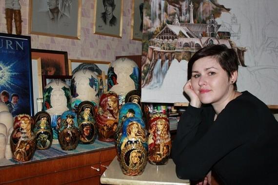Наталья Фонтребина создает работы, выполненные карандашом, углем, пастелью. Работы, посвящённые советским актёрам. Роспись матрешек