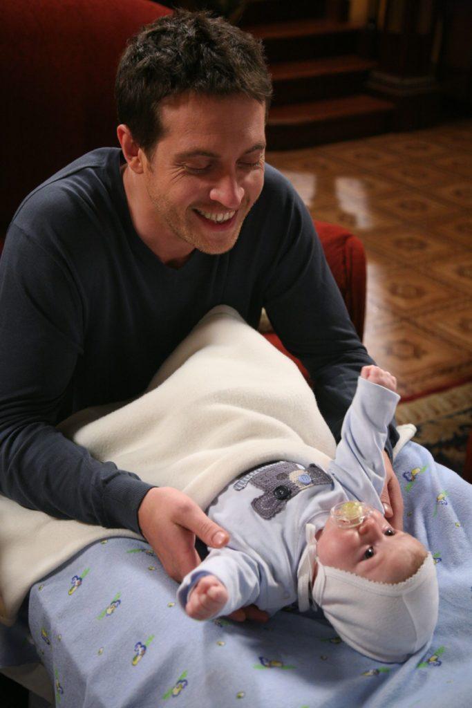 Неожиданное развитие событий: Кирилл Сафонов счастлив держать в руках новорожденного малыша