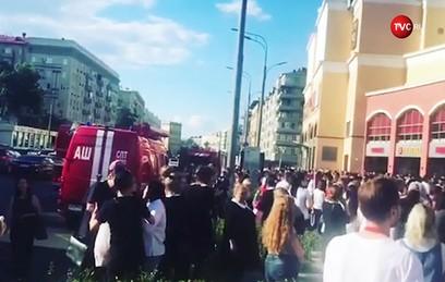 """В Москве загорелась крыша торгового центра """"Атриум"""""""