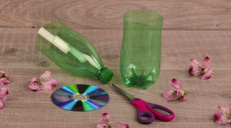 С помощью пластиковой бутылки и ножниц мастерица преобразила обычный горшок для цветов
