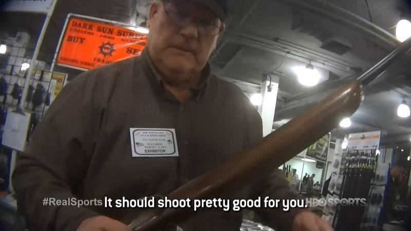 Но затем он заходит в оружейный магазин, где продавец расхваливает ему винтовку, а затем спокойно продает её мальчику америка, в мире, люди, магазин, оружие, эксперимент