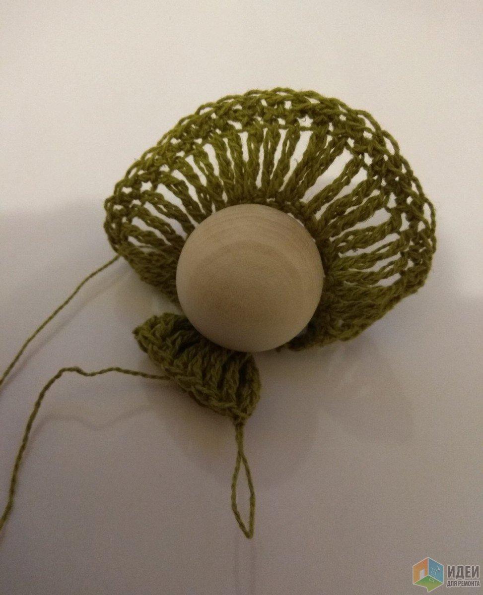 Юбочка подвязывается снизу к шапочке, а не приклеивается, так надежнее.