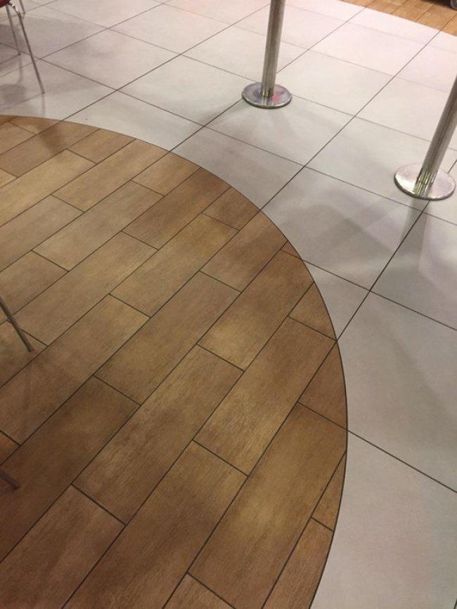 Плитки выложены настолько безупречно, что кажется, будто за ними скрывается вход в потайную комнату красота, перфекционизм, симметрия