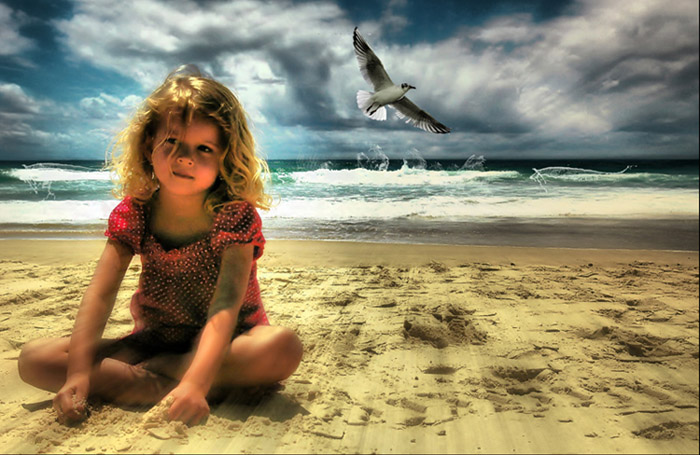 Женщина встретила на пляже 6-летнюю девочку, одиноко бегающую по песку...