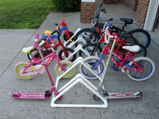 Чтоб не мешались под ногами детские велосипеды изготовьте из пластмассовых труб парковочное место