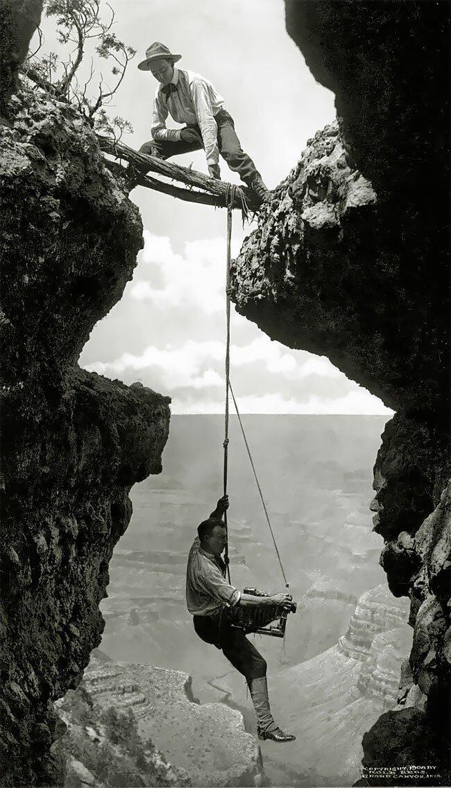 Фотографа держат на веревке альпиниста, Гранд-Каньон, США, 1908 интересно, исторические кадры, исторические фото, история, ретро фото, старые фото, фото