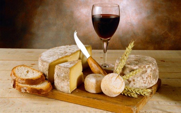 Французское вино, хрустящая булочка и пикантный сыр - прекрасное сочетание. / Фото: www.alsvets.lv