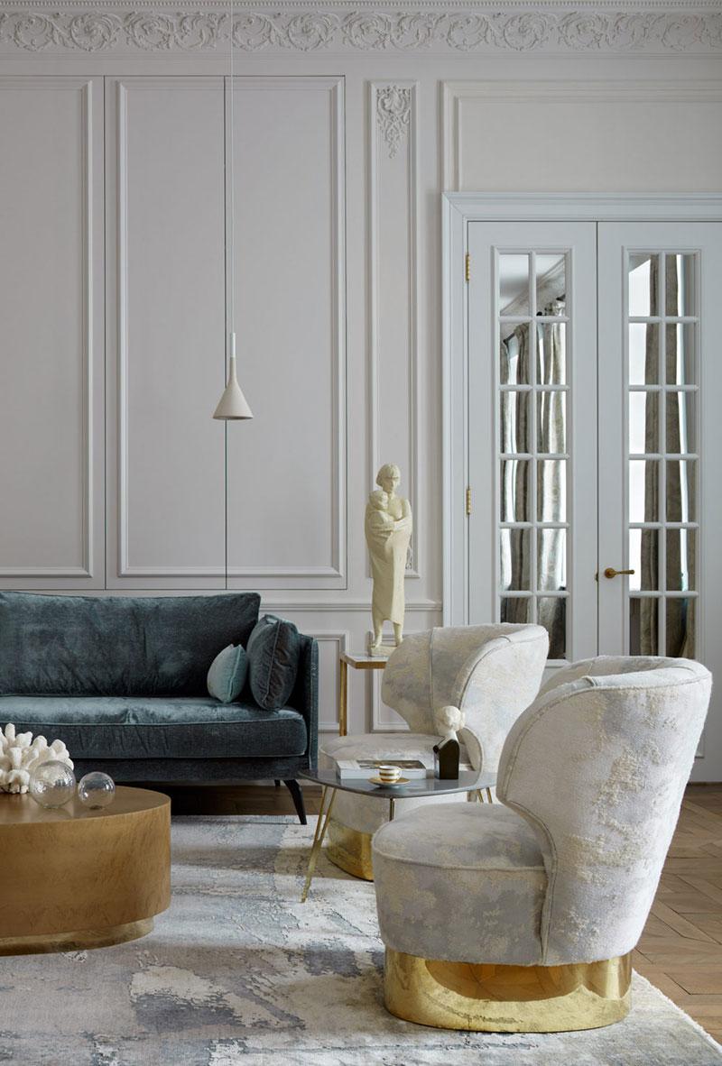 Большие окна, молдинги, золото: квартира в духе парижских апартаментов в Москве высокие потолки