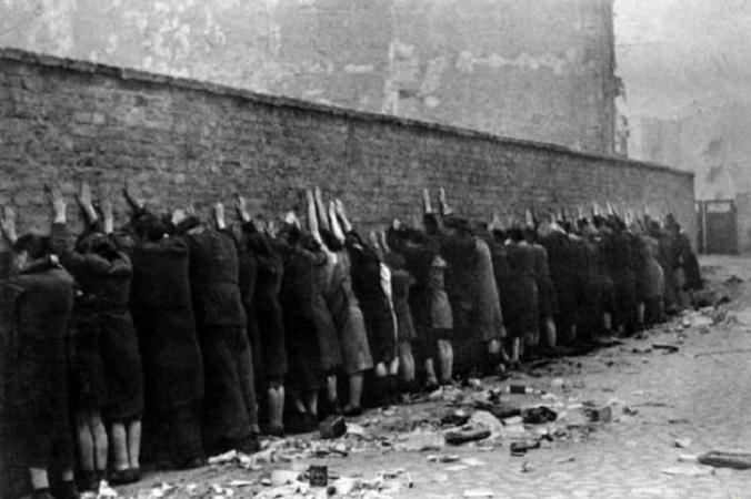 Жители Варшавского гетто перед расстрелом, 1943 год.