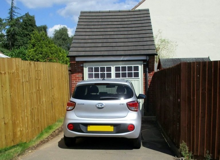 Семейная пара из британского гордка Эндербай спрятала целый дом за гаражной дверью
