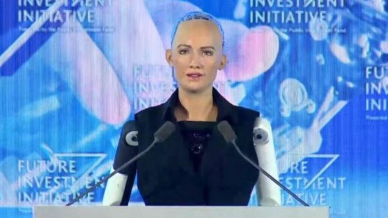 Робот София получила гражданство Саудовской Аравии, и теперь у нее больше прав, чем у женщин и трудовых мигрантов страны