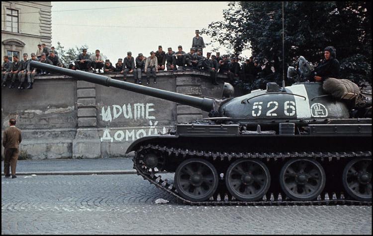 Молодые люди не давали проехать танкам, атаковали солдат коктейлями Молотова