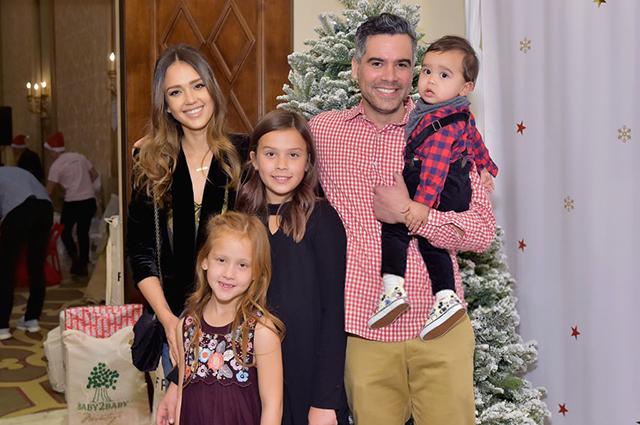 Джессика Альба с мужем и детьми посетила благотворительную предновогоднюю вечеринку звездные пары, джессика альба