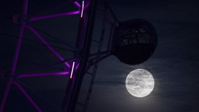 Европу осветило лунное световое шоу