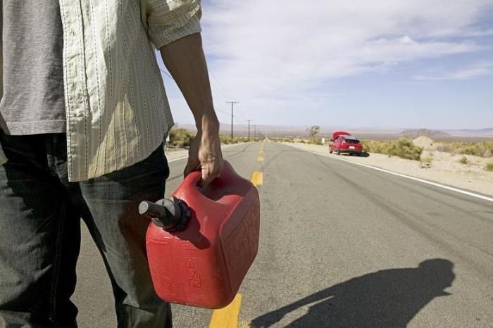 Сколько можно проехать без заправки, если загорелась лампочка уровня топлива автомобиль