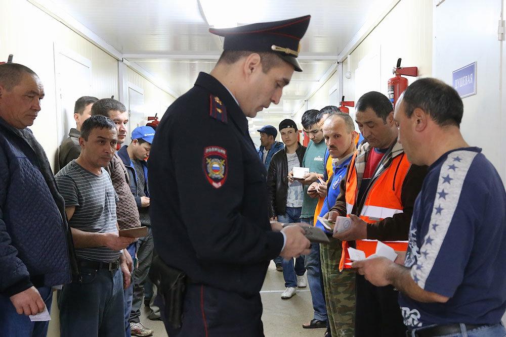 """""""Это просто праздник какой-то"""": Трудовые мигранты начали возвращаться в Россию"""