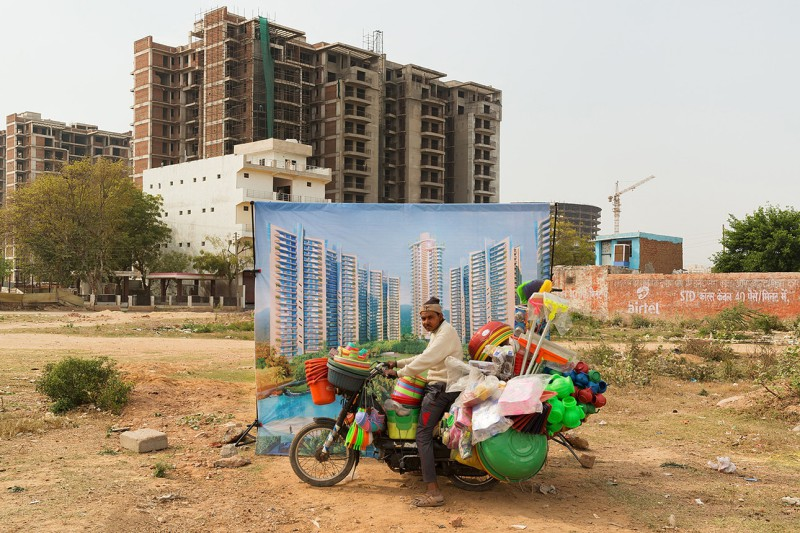 Бедные люди на фоне роскошной индийской архитектуры