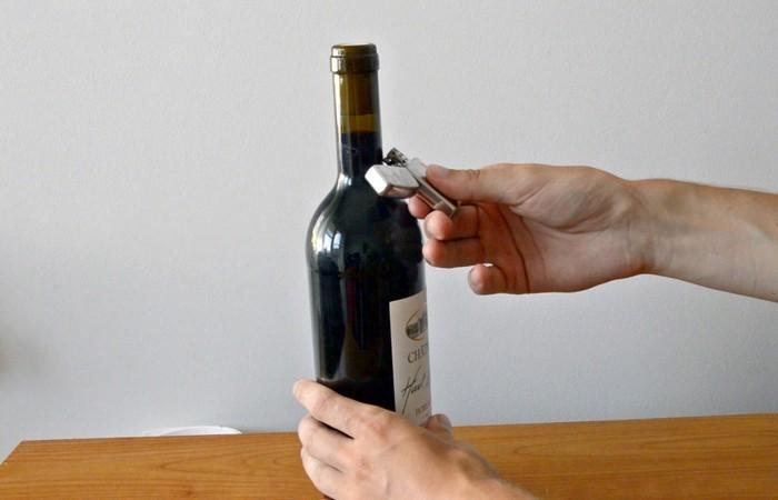 Как открыть бутылку вина при помощи зажигалки