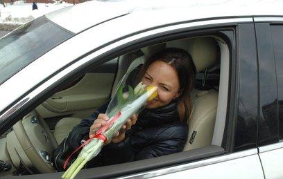 Сотрудники ГИБДД в честь 8 марта дарят женщинам-автомобилистам цветы