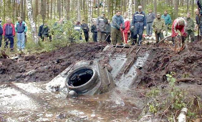 Окаменевшие следы на берегу привели мальчика к танку, который был на дне озера больше 70 лет