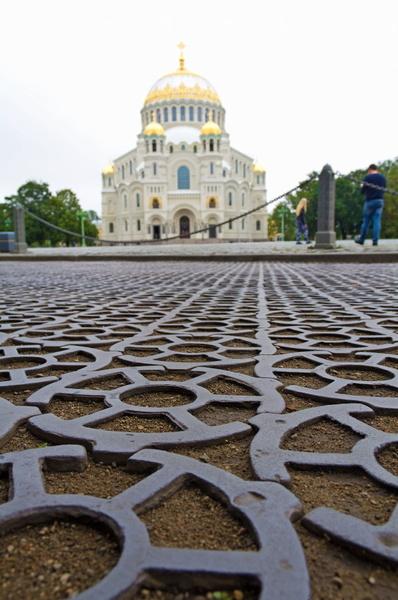 Чугунная мостовая возле Николаевского Морского собора на Якорной площади