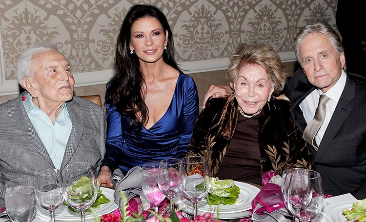 Кирк Дуглас отметил 102-летие с женой и сыном Майклом