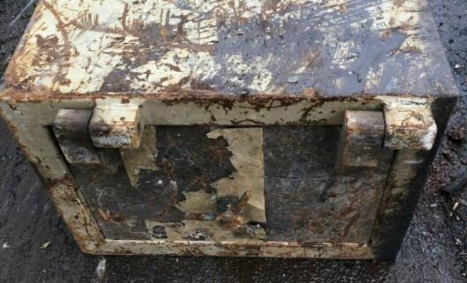 Запечатанный ящик 30 лет использовали как стол на чердаке, а при сносе дома мужчина решил его вскрыть Культура