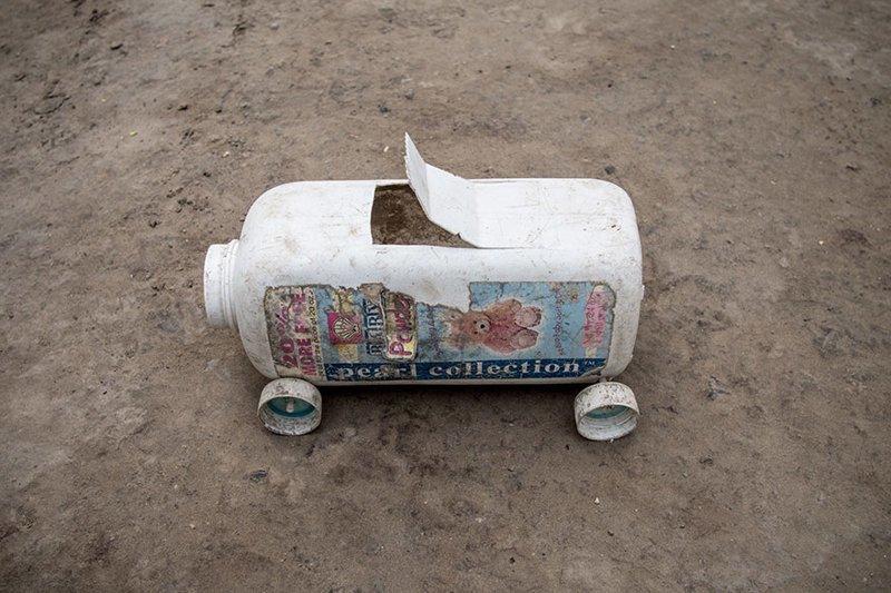 В гаитянском доме, где в месяц на семью тратят $39, любимой игрушкой выступает машина, изготовленная из пластиковых отходов в мире, дети, игрушка, люди, страны