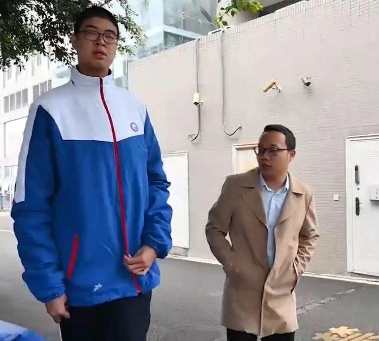 Мне сверху видно все! 14-летний китаец попал в Книгу рекордов Гиннесса, благодаря огромному росту рекордов, Гиннесса, высокого, Школьник, напланете, попал, титул, самого, подростка, Книги, вКнигу, принимали, всегда, говорит, вшколеКэюй, истул, застаршеклассника, числе, парту, Иногда