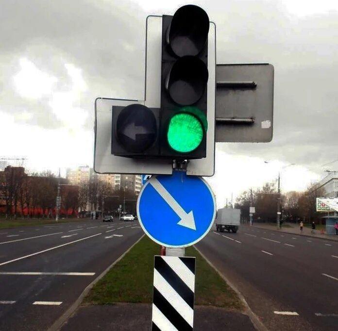 Светофор с доп. секцией не имеет контурных стрелок на основном сигнале. Как к нему относиться