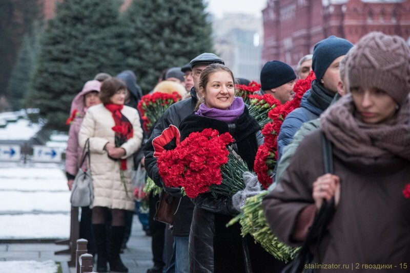 13 500 алых цветов возложено к могиле Сталина в Москве день памяти, история, сталин