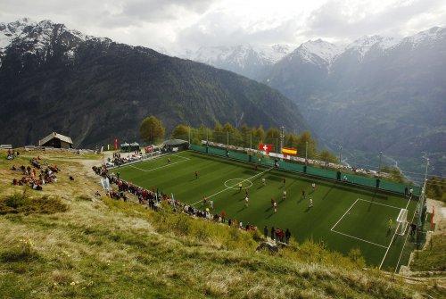 Любопытные футбольные поля с…