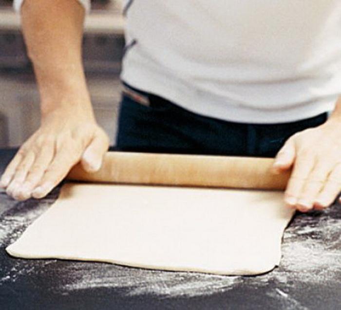 Раскатываем слоеное тесто. |Фото: domapovar.ru