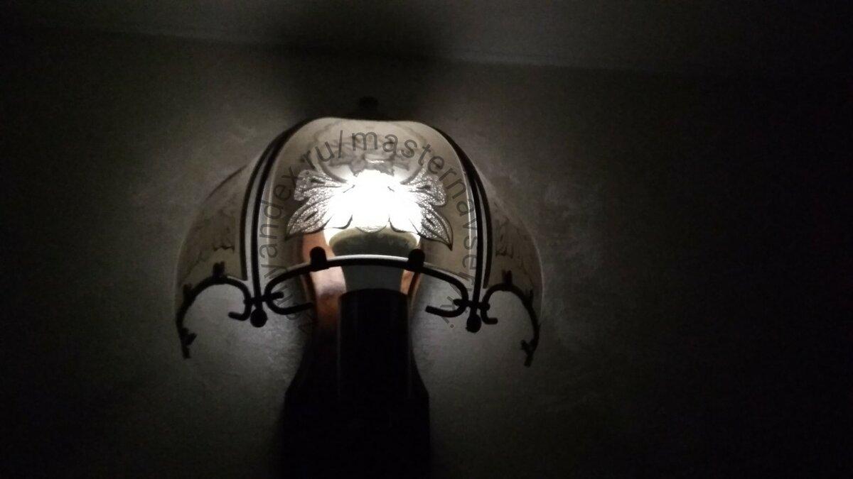 Тусклое свечение лампочки при выключенном выключателе.