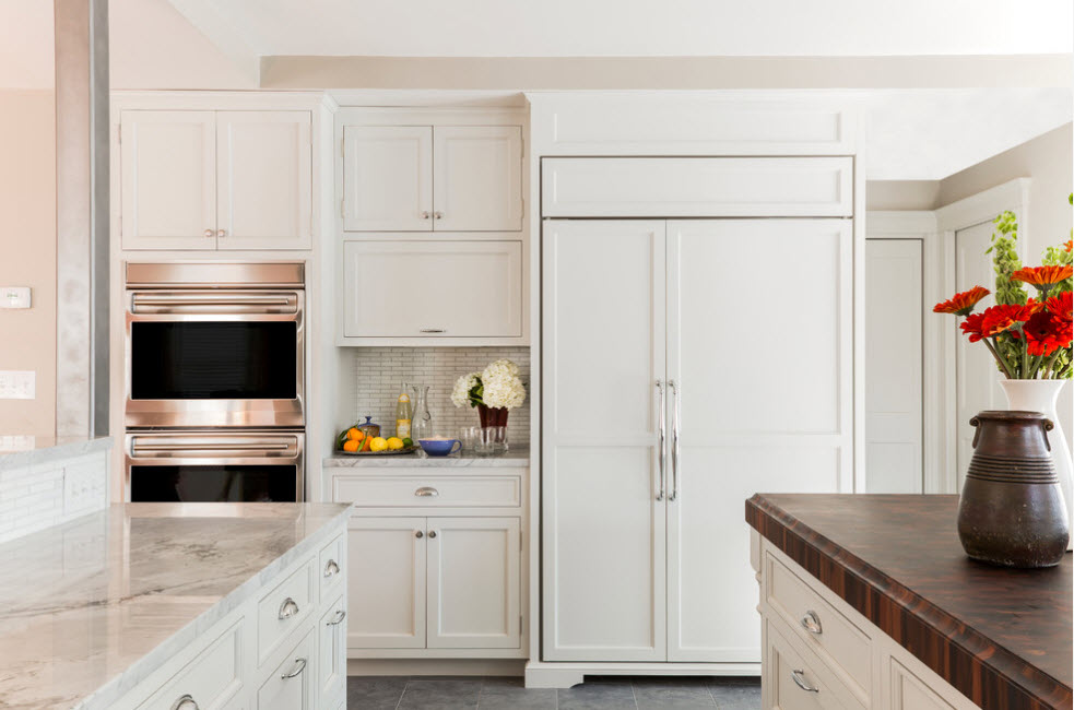 Огромный белоснежный холодильник
