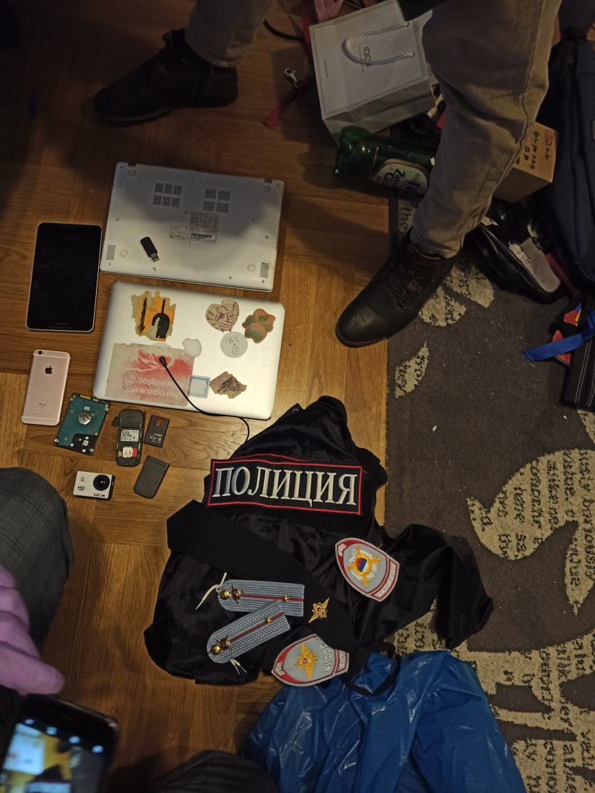 Во время обысков дома у активиста Ильи Гантварга нашли полицейскую форму. В МВД думают, что за это может быть