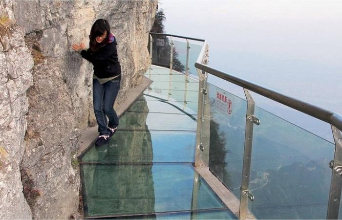 В Китае начал трескаться знаменитый стеклянный мост, но посетителей от этого не убавляется