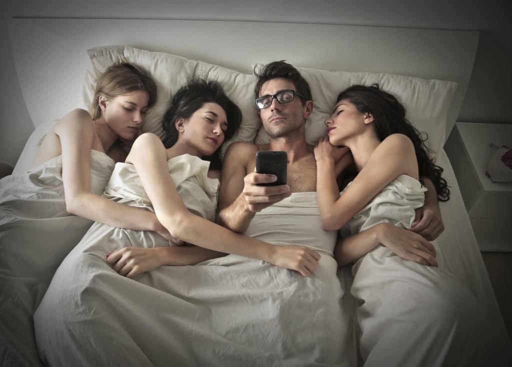 два мужика и одна девушка домашнее смотреть онлайн обновления дадут